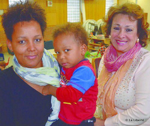 Thérèse Musafiri, le petit Yoann Mwenda et Jeannette Combiadiakis, une des employées à la Garderie des Bambins.