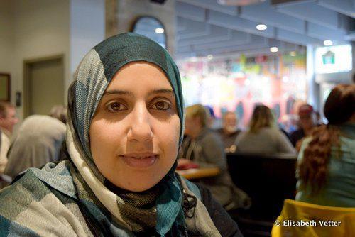 Loubna Dabet, jeune mère de famille, poursuit le Ramadan tout en allaitant son nourrisson âgé de 3 mois.