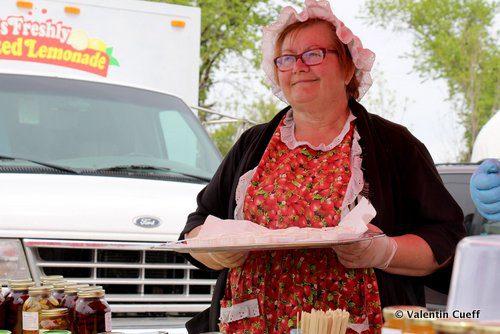 Betty Jagodnik célébrait sa 12e année sur le marché de Saint-Norbert. Sur son stand, une flopée de pots de confiture et de conserves concoctées par ses soins. Elle propose aux passants d'en goûter.