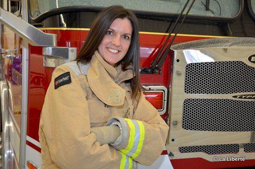 Jacqueline Lemoine : « Devenir pompier, c'était le rêve d'enfance de mon père. Je sais qu'il est fier de moi. Comme d'ailleurs mes élèves en 3e année à l'école Gabrielle-Roy. Ils me demandent souvent ce que j'ai appris en formation. Ils veulent même des démonstrations! »