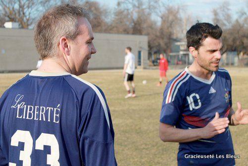 Patrick Rey et Emmanuel Pérez, membres de l'équipe de soccer Les Bleus, ont déjà rejoint le terrain.