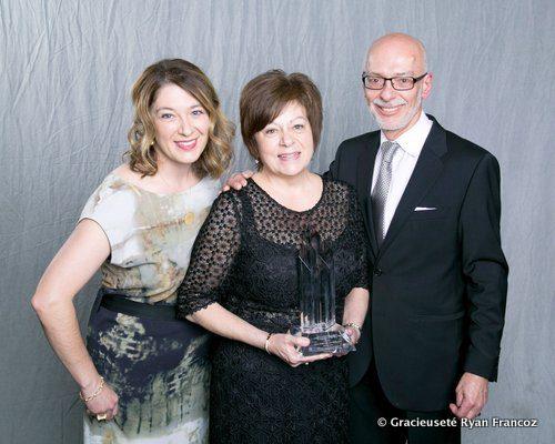 Lisa, Anita et Allan Malbranck, ont reçu le prix d'« Ambassadeur de l'année dans le commerce de détail indépendant » par le Conseil canadien du commerce de détail pour leur bijouterie Diamond Gallery.