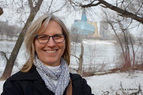 Cheryl Oakden, à l'endroit où sera construite la galerie d'observation de la Promenade Taché : « Le sentier sera sur la plus grande partie du trajet à l'épreuve des inondations. Seule la section derrière l'Hôpital Saint-Boniface passe parfois sous l'eau. C'est un élément du circuit qu'il faudra améliorer, à long terme. »