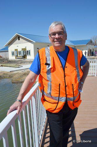 Roger Perron, sur le quai du futur centre de réhabilitation animale Wildlife Haven à Île-des-Chênes, dont l'ouverture est prévue pour l'automne.
