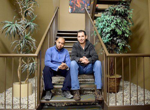 Mohamed (à gauche) et Mehdi ont découvert, à l'Université de Saint-Boniface, qu'ils partageaient un même nom de famille, Madani. Depuis les deux amis ne se sont plus quittés.