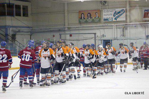 Esprit sportif : les Renards du Centre scolaire Léo-Rémillard et les Anciens Canadiens de Montréal se serrent la main, après leur match.