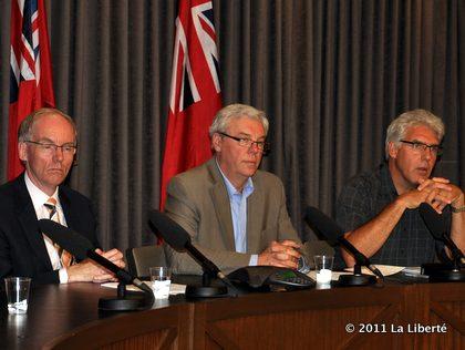 Steve Ashton et Greg Selinger annoncent la construction de deux canaux de dérivation.