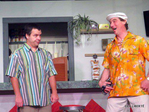 Maurice Paquin (Luc Blanchette à gauche) doit composer avec son beau-frère Armand Tétrault (Shane Barnabé à droite), personnage grinçant dans El Dorado snack-bar, la nouvelle pièce du Théâtre Montcalm.