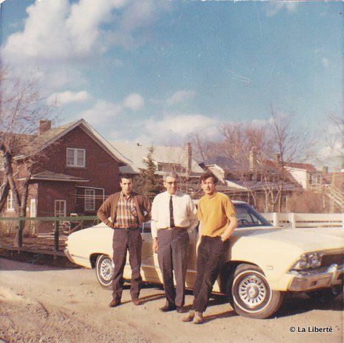 Jean Boisjoli (à droite) avec son père André (au centre) et son frère Louis (à gauche) dans la cour arrière du domicile familial rue Deschambault en 1968. En médaillon : un égoportrait de Jean Boisjoli à Montréal.