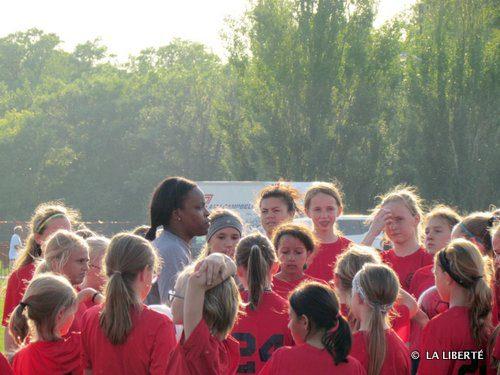 Danesha Adams, une ancienne joueuse de l'équipe nationale américaine, mène un entraînement du club Bonivital.