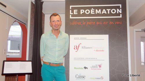 Emmanuel Bottiau devant le poèmaton, un projet permettant à chacun de se filmer en disant un poème.