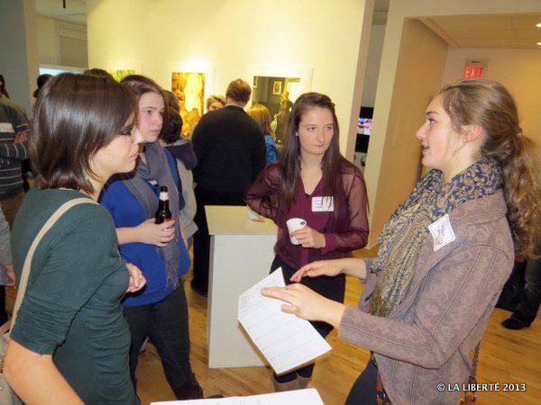 Les anglophones, Calina Ellwand et Catherine Logan, s'entretiennent avec les Franco-Manitobaines, Chloé Freynet-Gagné et Stéphanie Demers.