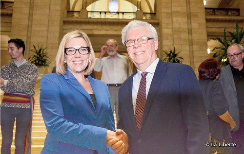 Après les audiences publiques du 28 juin, Rochelle Squires, la ministre des Affaires francophones, serre la main de Greg Selinger. L'ancien Premier ministre avait déposé un projet de loi très similaire à celui qui va servir de nouvelle base pour que le français puisse mieux prendre sa place de langue publique.