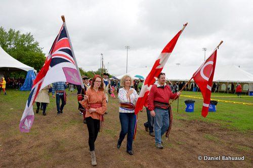 Marie-Eve Presber, Lisa Savoie et Frédéric Presber lors du défilé de la cérémonie d'ouverture du Grand rassemblement métis. Visitez la page Facebook de La Liberté pour voir d'autres photos de la fête.
