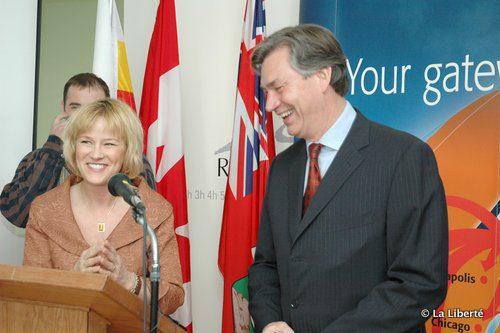 Mariette Mulaire, avec l'ancien Premier ministre du Manitoba, Gary Doer, en 2005.