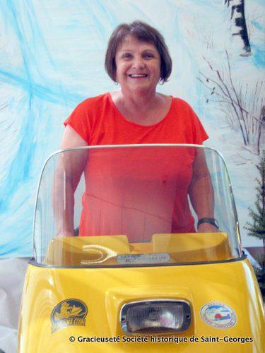 On la dirait parée pour une promenade! Diane Dubé et la motoneige «Olympic» de Ski-Doo, fabriquée il y a 50 ans, en 1965.