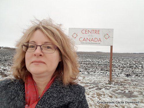 Cécile Dumesnil a bravé le froid pour prendre un selfie devant un des petits panneaux situés sur le méridien central du Canada, à 10 km à l'Est de Winnipeg, le long de la Transcanadienne.