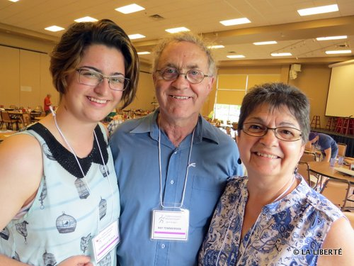 La représentante de la jeunesse manitobaine, Gabrielle Dupuis. À sa droite, le président national, Ray Temmerman et la représentante francophone de l'Archidiocèse de Saint-Boniface, Rachel Ouimet.