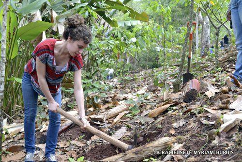 Myriam Dupuis dans un champ de café lors de son voyage au Nicaragua.