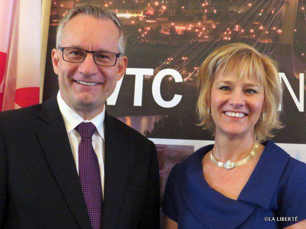 Le ministre du Commerce international, Ed Fast et la présidente-directrice générale du WTC de Winnipeg, Mariette Mulaire