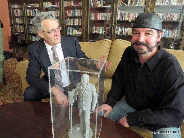 Marcien Ferland avec le sculpteur Miguel Joyal, lors de la présentation de la maquette de la future statue de Georges Forest.