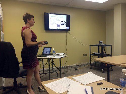 Nicole Fontaine, agente de liaison au Business InfoCentre, en train d'animer l'atelier comment démarrer une entreprise au Manitoba, à Notre- Dame-de-Lourdes.
