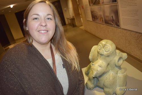 Aline Fréchette, avec Man, Bear, Bird and Spirit, une sculpture de Quvianatuliak Parr, artiste de Cape Dorset. (Collection de la Compagnie de la Baie d'Hudson du Musée des beaux-arts de Winnipeg.)