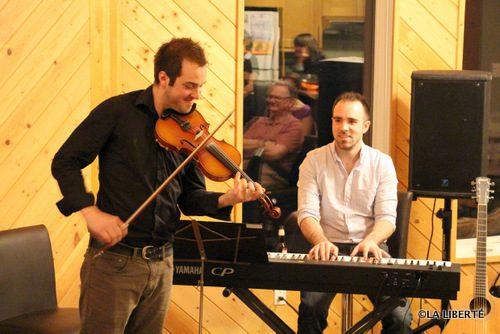 Le violoneux Daniel Gervais accompagné au piano par Raphael Freynet, en prestation chez Julie et Rhéal Maynard.