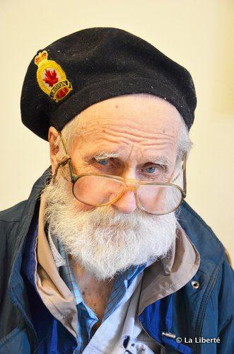 Emil August Gillies n'aime pas se faire prendre en photo. Pourtant, lorsque La Liberté lui a rendu visite, l'ancien viseur de bombardier portait déjà son bérer de la Légion canadienne.
