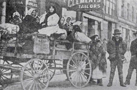 Photo : Immigrants ukrainiens partant de Winnipeg pour leur lot de colonisation au Manitoba en 1898. Archives du Manitoba