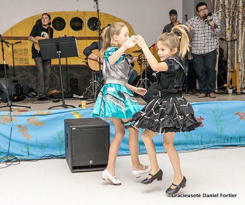 Eva et Vanessa Kerbrat dansent lors du spectacle de Coulée au Centre récréatif, le 11 mars à Saint- Laurent, au Festival Manipogo.