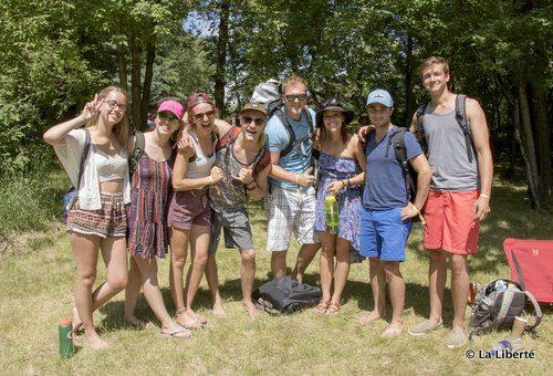 Un instantané de fun francophone au Festival Folk. De gauche à droite : Taylor Kist, Taryn Picton, Alixe Kirouac, Logan Picton, Serge Leclerc, Dominique Tétrault, George Semchuck et Lucas Kost.