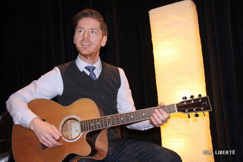 Chanteur et guitariste, Édouard Lamontagne anime les Soirées chansonnier à l'Université de Saint-Boniface, au cours desquelles jeunes et moins jeunes, étudiants et autres membres de la communauté viennent chanter.
