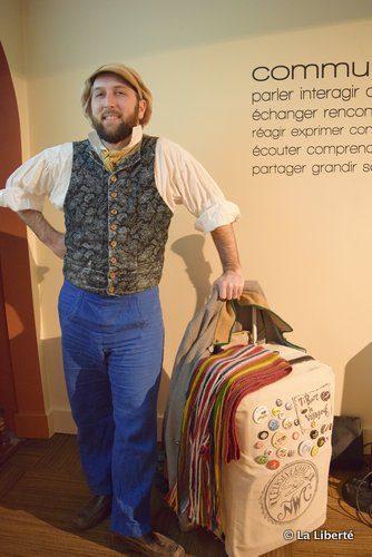 Robert Malo amène Ti-Bert le Voyageur et sa valise magique à l'Alliance française du Manitoba, où il anime également des soirées de spoken word.