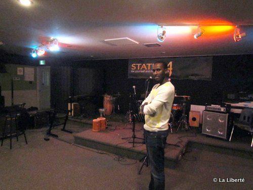 Gentil Mis, entouré d'instruments musicaux,  dans son studio. Toujours prêt à faire une contribution à la communauté qui l'entoure.
