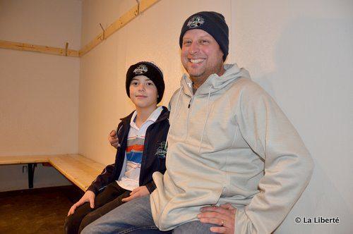 Daniel Morden, gardien de but pour les Lake Monsters, et son père, Greg Morden, dans un des vestiaires réaménagés de l'aréna de Saint-Laurent.