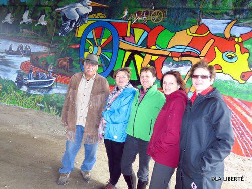 Le représentant des Métis de Saint-Norbert, Oril Hogan, la présidente de l'Association des résidants de la promenade Cloutier, Janice Lukes, la membre du conseil d'administration d'Entreprises Riel, Rolande Kirouac, la directrice de Tourisme Riel, Michèle Gervais et la directrice de Corridor Rivière-Rouge, Julie Turenne-Maynard.