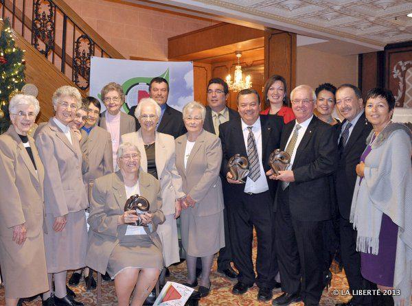 Pour sa quatrième édition, le Gala a récompensé les Sœurs Grises du Manitoba (à gauche), Raymond Poirier (à droite) et, à titre posthume, Henri Baudry, dont les sept enfants étaient venus recevoir la statuette remise par le CDEM.