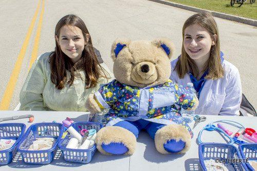 Les infirmières Isabelle (à gauche) et Rebecca Hadley étaient là pour s'occuper des toutous mal en point.