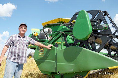 Marc Raffard et sa moissonneuse-batteuse John Deere, une 98 60 STS premium à bullet rotor. L'agriculteur se souvient que dans ses premiers jours, il utilisait une moissonneuse-batteuse qui moissonnait sur le tiers de la surface de celle-ci.