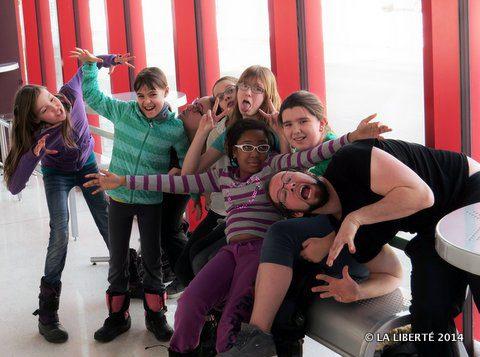 La troupe des Météores de la Petite école de théâtre se prépare à sa représentation du 16 mars prochain. Sur la photo sont absents: Josée Kornelson et Colin Bazin.