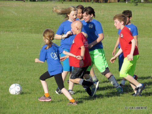 Tous sur le ballon! Des jeunes de la 4e et 5e années lors d'une partie du programme Soccer Franco-FUN qui avait lieu le 16 juin.