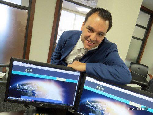 Robert Tétrault, présentant fièrement le site Internet de la nouvelle fondation CMV Canada.