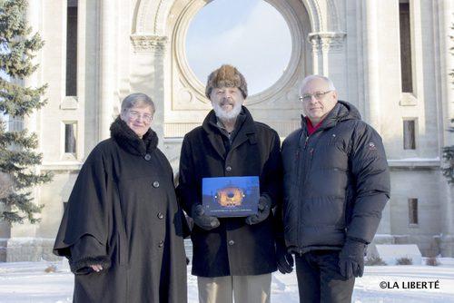 De gauche à droite : Joanne Therrien, Étienne Gaboury, et Michel Grandmaison, présentent le livre La Cathédrale de Saint-Boniface.
