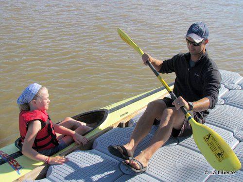 Robert Page démontre à Liou Vantichalan, 10 ans, les techniques correctes du kayak sur le quai de la Manitoba Paddling Association.