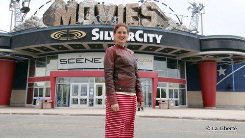 Chantal Vermette devant SilverCity, à Saint-Vital, où se tiendra la deuxième partie de Cinémental.