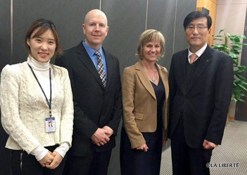 Derek Earl et Mariette Mulaire du WTC Winnipeg (deuxième et troisième en partant de la gauche sur la photo), ici avec leurs partenaires du WTC de Séoul, en Corée du Sud.