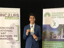 Photo : Sur les traces de sa grande sœur Lara, Mohamed Elnagary a remporté la médaille d'or du Concours national d'art oratoire organisé par Canadian Parents for French, dans la catégorie immersion tardive. Photo : Gracieuseté Xavier Champagne